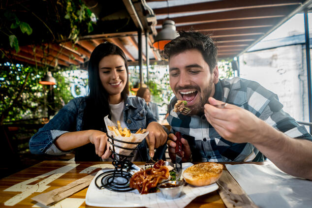 Couple eating - JConnelly Blog - How to Communicate with Employees During a Food Safety Crisis